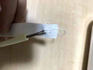 リッパーで穴の間の布を切る
